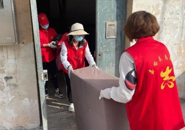 昌盛社区开展卫生死角清理志愿服务活动